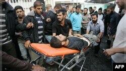 Người Palestine đưa 1 chiến binh Hồi giáo Jihad vào bệnh viện al-Najar sau cuộc không kích của Israel vào miền nam dải Gaza, 29/10/2011
