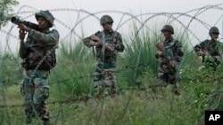Tentara India melakukan patroli di Kashmir, dekat perbatasan Pakistan (foto: ilustrasi).