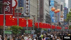 Warga Tiongkok memadati distrik perbelanjaan di Nanjing, Shanghai (foto: dok). Pertumbuhan ekonomi Asia, termasuk Tiongkok diperkirakan menurun, antara lain akibat ketidakpastian prospek bagi Zona Euro, yang bisa merugikan ekspor Asia.