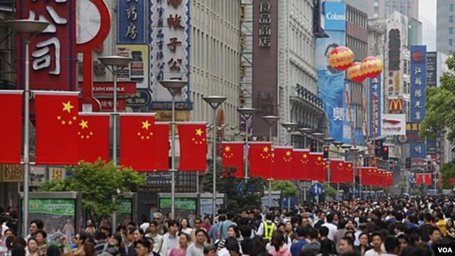Warga Tiongkok memadati distrik perbelanjaan di Nanjing, Shanghai (foto: dok). India, Tiongkok dan Nigeria mengalami peningkatan penduduk kota terbesar.