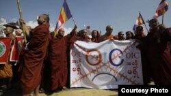 Para biksu Burma melakukan unjuk rasa untuk memprotes rencana pendirian kantor perwakilan OKI di depan balai kota Rangoon (15/10)
