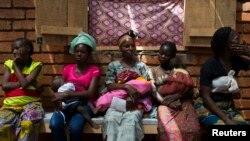 Para wanita menunggu bayi mereka diperiksa di rumah sakit Medecins Sans Frontieres (MSF) dekat bandara ibu kota Bangui 4 Maret 2014, sebagai illustrasi. (Foto: REUTERS / Siegfried Modola)