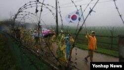 지난달 22일 오전 경기도 파주시 임진각에서 열린 DMZ 평화올레 퍼레이드에서 재외동포 청소년 500여명이 민통선 안을 행진하고 있다. (자료사진)