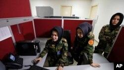 Letnan Dua Roshan Gul, dari kiri, Letnan Satu Nelofar Frotan dan Letnan Dua Morsal Afshar bekerja di kantor sumber daya manusia di Kementerian Pertahanan di Kabul, Afghanistan, 31 Oktober 2016.