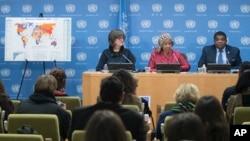 Phumzile Mlambo-Ngcuka, tengah, Direktur Eksekutif, UN Women, didampingi Martin Chungong, kanan, Sekjen IPU dan moderator Paddy Torsney, Pengamat Tetap PBB, berbicara kepada media dalam sebuah konferensi pers,15 Maret 2017, Markas Besar PBB (foto: AP Photo/Mary Altaffer)