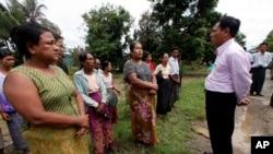 Menteri Kepala negara bagian Rakhine Hla Maung Tin (kanan) menenangkan para pengungsi di desa Shwehlay, kota Thandwe, Rakhine (3//10). (AP/Khin Maung Win)