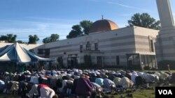 Sebagian warga Muslim melakukan sholat Idul Fitri di bagian luar masjid Muslim Community Center (MCC), Silver Spring, Maryland. (VOA/Arif Budiman)