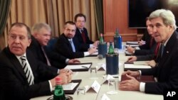 Menteri Luar Negeri Rusia Sergey Lavrov (kiri) dan Menteri Luar Negeri AS John Kerry (kanan) dalam KTT Dialog Mediterania di Roma (2/12). (AP/Gregorio Borgia)