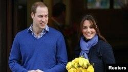 Hoàng tử William rời bệnh viện King Edward VII cùng vợ là Công nương Catherine.