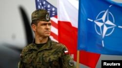 지난해 4월 폴란드 북서부 스위드윈에서 미국과 나토, 폴란드 군이 연합군사훈련을 실시했다. 폴란드 군인 뒤로 각 국 깃발이 걸려있다. (자료사진)