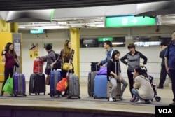 不少疑似走私水貨客聚集在上水火車站月台。(美國之音湯惠芸)