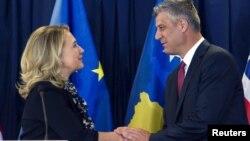 Američka državna sekretarka Hilari Klinton rukuje se sa premijerom Kosova Hašimom Tačijem