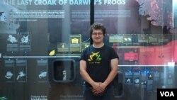 """Kustos Adnan Zimić ispred postavke """"Misterije Darwinovih žaba"""" u Zemaljskom muzeju"""