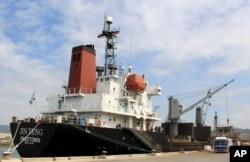 Tàu chở hàng Jin Teng của Bắc Triều Tiên bị chặn ở Philippines sau khi các cuộc thanh sát được thi hành theo các biện pháp chế tài mới dẫn tới việc phát hiện một số vi phạm về an toàn, ngày 4/3/2016.