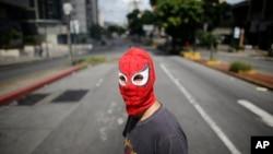 Un manifestante con una máscara de el Hombre Araña participa en una manifestación anti gubernamental en Caracas, Venezuela, el 20 de julio de 2017.