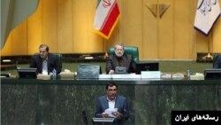 عادل آذر، رئیس دیوان محاسبات، گزارش این دیوان درباره حقوق های مدیران دولتی را در مجلس قرائت کرد.