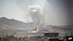 Serangan udara Saudi menghantam sasaran di ibukota Yaman, Sanaa, Selasa (21/4).