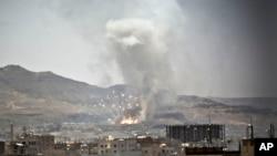 Asap mengepul akibat serangan udara Arab Saudi di Sanaa, Yaman (21/4).