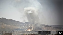 2015年4月21日沙特领导的空袭后也门首都萨那武器库击烟雾升起