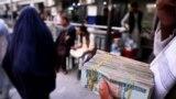 지난달 아프가니스탄 카불 시내 외환 거래 시장 관계자가 현금을 운반하고 있다. (자료사진)
