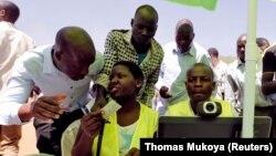 Maafisa wa IEBC wakikagua kitambulisho cha mpigaji kura katika viunga vya Kibera Kenya