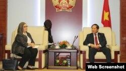 Bộ Thông tin và truyền thông Trương Minh Tuấn tiếp một lãnh đạo của Google hồi tháng 1/2018. (Ảnh: VietnamNet)