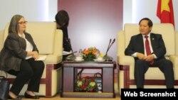 Bộ Thông tin và truyền thông Trương Minh Tuấn và bà Ann Lavin, Giám đốc Chính sách công và quan hệ chính phủ, Google khu vực Châu Á – Thái Bình Dương trong một cuộc gặp tại Hà Nội hôm 17/1/2018. (Ảnh: VietnamNet)