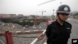 图为一名特警在浙江省东部三门核电站的施工工地站岗