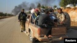 شورشیان سوری حین فرار از منطقۀ تحت محاصرۀ حلب
