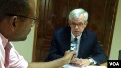 Embaixador americano em Cabo Verde, Donald Hefflin