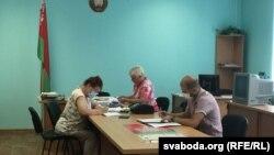 Независмый наблюдатель Григорий Захаров подает жалобу на избирательном участке. 5 августа в Беларуси началось досрочное голосование на президентских выборах.