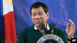 ປະທານາທິບໍດີ Rodrigo Duterte ຂອງຟີລິບປິນກ່າວຕໍ່ທະຫານ ໃນຂະໜະທີ່ທ່ານໄປຢ້ຽມຢາມກອງພັນ Mechanized ທີສອງ ໃນວັນສຸກທີ 26 ພຶດສະພາ 2017.