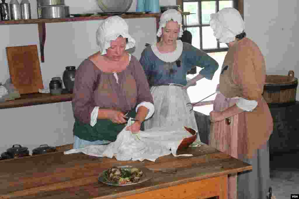 زنان در حال آشپزی در ساختمانی که به آشپزخانه اختصاص داشت. زنان اجازه نداشتند آستین لباسشان را بالا بزنند، حتی در گرمترین هوا.