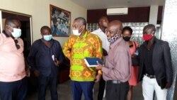 Abel Chivukuvuku, ao centro de camisa amarela, com apoiantes no Sumbe