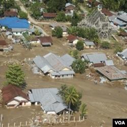 Rumah-rumah yang terendam lumpur akibat banjir di Wasior.