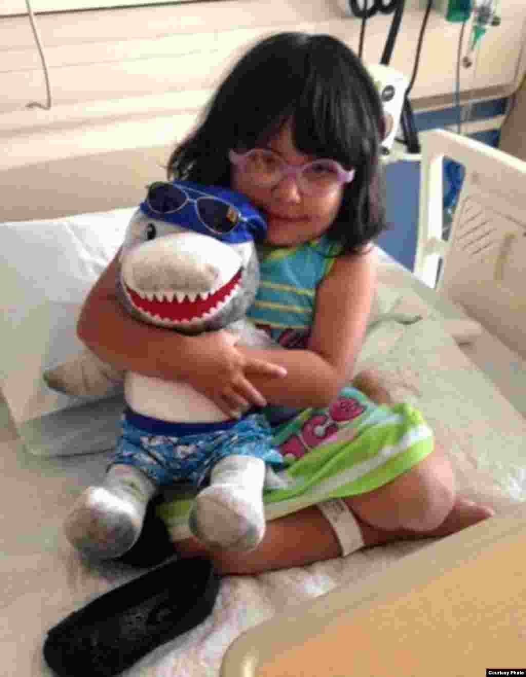 病童抱着玩具不肯释手(图片由UCLA提供)