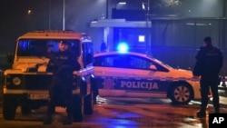 Autos de la policía bloquean los alrededores de la embajada de EE.UU. en Podgorica, la capital de Montenegro, el jueves 22 de febrero.