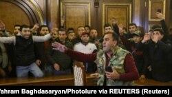 10 Kasım 2020 - Dağlık Karabağ'da Azerbaycan ile yapılan anlaşmaya tepki gösteren bir grup protestocu Başbakan Nikol Paşinyan'ın istifasını talep ediyor