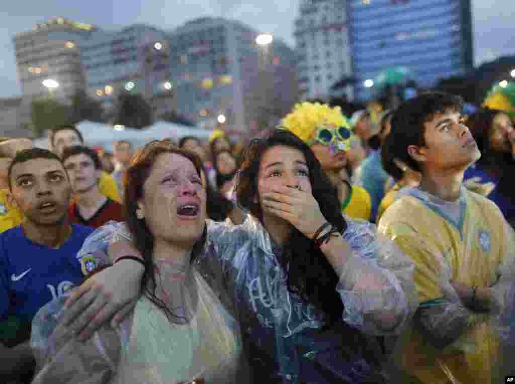 Fan Brazil tại bãi biển Copacabana ở Rio de Janeiro khóc khi chứng kiến đội nhà thua ê chề 7-1.