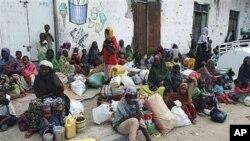 Familia kutoka maeneo yaliyokumbwa na njaa zikisubiri mpango wa kuelekea kwenye kambi ya wakimbizi kutafuta chakula na malazi huko Mogadishu, Somalia, August 3,2011