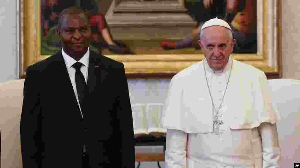 Le pape François reçoit le nouveau président de Centrafrique Faustin-Archange Touadéra pour une audience privée au Vatican, 18 avril 2016.