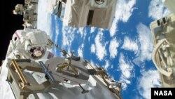 지난해 12월 국제 우주정거장에서 미국 항공우주국 소속 우주인들이 냉동 펌프 수리 작업을 하고 있다. 나사는 2일 우크라이나 사태 이후 대 러시아 제재에 동참하기 위해 우주정거장 사업을 제외한 모든 러시아와의 협력을 중단한다고 밝혔다.
