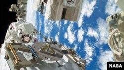 美國宇航員2013年12月太空作業修復國際太空站外的冷卻系統。(資料圖片)