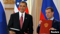 """2010年4月8日美国总统奥巴马(左)和俄罗斯总统梅德韦杰夫在布拉格签署新的""""削减战略武器条约""""。"""