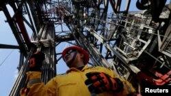 Un empleado trabaja en una plataforma de petrolífera en el Golfo de México, en las costas de Veracruz. El gobierno de México planea aumentar su independencia energética dijo el presidente Andrés Manuel López Obrador recientemente, y la afirmación fue aplaudida por el secretario de Energía de EE.UU., Rick Perry.