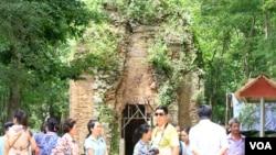 Tourists visit Sambor Prei Kuk temple complex, Kampong Thom, Cambodia, July 13, 2017. (Sun Narin/VOA Khmer)
