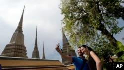 Du khách chụp ảnh lưu niệm tại chùa Wat Pho ở Bangkok, Thái Lan.