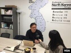 케네스 배 씨(왼쪽)가 서울 구로구에 위치한 NGI 사무실에서 VOA 기자와 인터뷰 하고 있다.