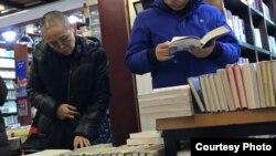推特上出現劉霞在萬聖書園瀏覽書籍的照片