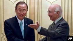 Sekretaris Jenderal PBB Ban Ki-moon (kiri) bertemu penasihat keamanan nasional Pakistan Sartaj Aziz di Islamabad (13/8). (AP/K. Bangash)